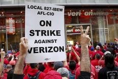 Trabajadores de Verizon durante una huelga a las afueras de una tienda de la compañía en Nueva York, abr 18, 2016. La huelga de trabajadores de Verizon Communications Inc posiblemente frenará en al menos 35.000 empleos el ritmo de crecimiento de las nóminas no agrícolas en Estados Unidos en mayo, mostró el viernes un reporte del Departamento de Trabajo.   REUTERS/Shannon Stapleton