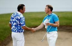 Britain Golf - BMW PGA Championship - Wentworth Club, Virginia Water, Surrey, England - 28/5/16. England's Danny Willett (R) and Australia's Scott Hend shake hands at the end of the third round. Action Images / Andrew Boyers Livepic