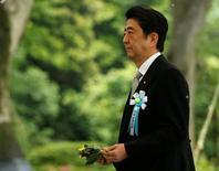 El primer ministro de Japón, Shinzo Abe, dijo que aplazaría unos dos años y medio un aumento del impuesto sobre las ventas fijado para abril de 2017, dijo un responsable de alto nivel del partido gobernante después de una reunión con Abe el lunes. En la imagen, el primer ministro japonés Shinzo Abe ofrece flores a los fallecidos durante la guerra no identificados de Japón en una ceremonia en el Cementerio Nacional Chidorigafuchi en Tokio, el 30 de mayo de 2016. REUTERS/Issei Kato
