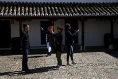 España recibió en abril 6,1 millones de turistas extranjeros, lo que supuso un aumento del 11,3 por ciento respecto al mismo mes del año anterior, según mostraron el lunes cifras publicadas por el Instituto Nacional de Estadística. En la imagen, turistas sacan fotos en una posada asociada a la historia de Don Quijote, en Puerto Lápice, 8 de abril de 2016. REUTERS/Susana Vera