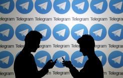 Les autorités iraniennes ont donné un an aux opérateurs de messageries instantanées pour rapatrier les données concernant les utilisateurs locaux sur le territoire national. L'accès à internet est étroitement contrôlé en Iran, où Facebook et Twitter sont par exemple inconsultables sans logiciels additionnels et où Telegram est utilisée par une vingtaine de millions d'Iraniens. /Photo d'archives/REUTERS/Dado Ruvic