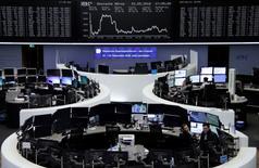 Operadores trabajando en la Bolsa de Fráncfort, Alemania. 23 de mayo de 2016. Las bolsas europeas abrieron estables el lunes con un débil volumen de negocios ante la perspectiva de una nueva subida de las tasas de interés en Estados Unidos en el corto plazo, lo que hacía que los inversores evitaran las apuestas fuertes. REUTERS/Remote/Staff