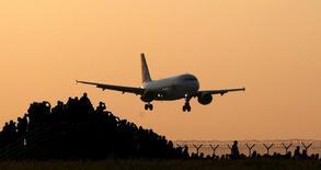 La demanda de pasajes aéreos creció en abril a su ritmo más lento desde enero de 2015, afectada por los atentados de marzo en el aeropuerto de Bruselas, lo que deja en evidencia que la seguridad es uno de los retos principales que enfrentan los ejecutivos de las aerolíneas, que se reúnen esta semana. Foto tomada el 12 de mayo de 2016. REUTERS/David W Cerny