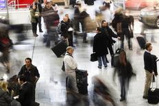 Пассажиры в аэропорту Франкфурта-на-Майне. 20 декабря 2010 года. Спрос на пассажирские авиаперевозки в апреле рос рекордно низкими с января 2015 года темпами из-за атак на аэропорт Брюсселя в марте, сделав безопасность основной проблемой для руководителей авиакомпаний, встреча которых пройдет на этой неделе. REUTERS/Alex Domanski