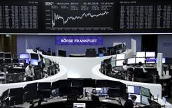 Помещение фондовой биржи во Франкфурте-на-Майне. 30 мая 2016 года. Немецкие акции выросли почти до месячного пика в понедельник, так как инвесторы ожидали, что ослабление евро к доллару поможет немецким экспортерам. REUTERS/Staff/Remote