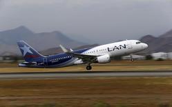 Una avión de LAN despegando en el aeropuerto internacional de Santiago, ene 27, 2016. LATAM Airlines, el mayor grupo de transporte aéreo de América Latina, dijo el lunes que suspendió temporalmente sus vuelos desde y hacia Caracas, debido al complejo momento económico en la región, que ha motivado un ajuste en sus operaciones.  REUTERS/Ivan Alvarado
