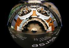 Les principales Bourses européennes étaient peu changées mardi dans les premiers échanges, coincées entre la bonne tenue des valeurs exportatrices sur fond de nouveau recul de l'euro et la baisse des valeurs automobiles dans le sillage du repli de quelque 4% du titre Volkswagen. À Paris, l'indice CAC 40 perdait 0,08% à 09h35. À Francfort, le Dax cédait 0,07% mais, à Londres, le FTSE, fermé lundi tout comme Wall Street pour cause de jour férié, avançait de 0,24%. /Photo d'archives/REUTERS/Kai Pfaffenbach