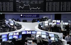 Las bolsas europeas abrieron estables el martes, dirigiéndose hacia su mejor actuación mensual desde octubre, apoyándose en la depreciación del euro y su efecto balsámico sobre las compañías de exportación.  En la imagen, operadores trabajando en la Bolsa de Fráncfort. REUTERS/Staff/Remote