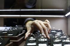 Le numérique, qui constitue de loin le principal moteur de croissance du marché publicitaire du secteur du luxe, deviendra le premier médium de ce marché en 2017, selon une étude de l'agence Zenith. Toutefois, malgré son déclin, la presse écrite restera un médium important pour les annonceurs de très grand luxe de la mode, des accessoires, de la joaillerie ou des montres. /Photo d'archives/REUTERS/Aly Song
