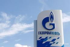 Логотип Газпромнефти у заправки компании в Москве 30 мая 2016 года. Газпромнефть увеличила чистую прибыль в январе-марте 2016 года на 6,2 процента в годовом сравнении до 41,5 миллиарда рублей благодаря изменению курсов валют, сообщила компания во вторник. REUTERS/Maxim Zmeyev