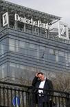 Прохожий идет мимо здания Deutsche Bank в Москве.  Павел Теплухин принял решение покинуть пост главного исполнительного директора Deutsche Bank в России с 1 августа 2016 года, его обязанности перейдут к председателю правления банка, говорится в сообщении банка. REUTERS/Maxim Zmeyev