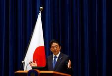 El primer ministro de Japón, Shinzo Abe, durante una conferencia de prensa en su residencia oficial, en Tokio, Japón. 1 de junio de 2016. El primer ministro japonés, Shinzo Abe, anunció el miércoles que aplazará en dos años y medio un aumento del impuesto sobre las ventas, lo que pone sus planes de reforma fiscal en un segundo plano en medio de la debilidad de la economía. REUTERS/Thomas Peter
