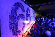 Люди зажигают свечи в память о жертвах с самолета EgyptAir в Оперном театре в Каире. 26 мая 2016 года. Французское поисковое судно зафиксировало сигналы, предположительно исходящие от одного из бортовых самописцев лайнера EgyptAir, который потерпел крушение над Средиземным морем 19 мая, сообщила египетская комиссия, расследующая катастрофу. REUTERS/Mohamed Abd El Ghany