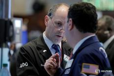 Трейдеры на торгах фондовой биржи в Нью-Йорке 25 мая 2016 года. Индексы США закрыли торги среды слабым ростом, в то время как инвесторы анализировали глобальные промышленные данные, продажи автомобилей и уровень инфляции, чтобы понять, когда Федрезерв может повысить процентные ставки. REUTERS/Brendan McDermid