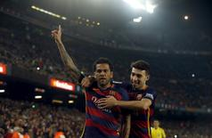 Football Soccer - Barcelona v Villanovense - Spanish King's Cup - Camp Nou, Barcelona, Spain - 2/12/15 - Barcelona's Dani Alves (C) and Munir el Haddadi celebrate a goal. REUTERS/Albert Gea