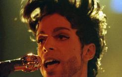 El cantante estadounidense Prince durante un concierto en Londres, Gran Bretaña. 15 de junio de 1992. El popular cantante y compositor estadounidense Prince murió de una sobredosis de opiáceos, publicó el jueves la agencia Associated Press, que citó a fuentes judiciales.  REUTERS/Dylan Martinez