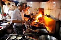 Restaurant à Pékiin. L'activité dans le secteur des services en Chine a ralenti en mai, progressant à son rythme le plus faible en trois mois, montre l'étude Caixin/Markit auprès des directeurs d'achat publiée vendredi. /Photo prise le 18 mai 2016/REUTERS/Damir Sagolj