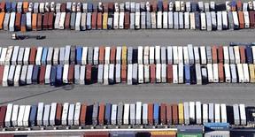 Le déficit commercial des Etats-Unis s'est moins creusé qu'attendu en avril grâce à un rebond des exportations de biens. Il s'établit à 37,4 milliards de dollars (33,2 milliards d'euros), en hausse de 5,3% par rapport à mars. /Photo d'archives/REUTERS/Bob Riha Jr