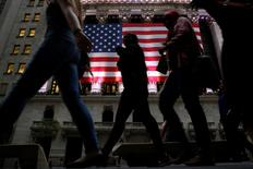 La Bourse de New York a ouvert vendredi en baisse après la publication de chiffres mensuels de l'emploi aux Etats-Unis très inférieurs aux attentes. Le Dow Jones perd 0,33%, à 17.779,53 en tout début de séance. Le Standard & Poor's 500, recule de 0,22% à 2.100,73 et le Nasdaq cède 0,27% à 4.957,77. /Photo prise le 2 juin 2016/REUTERS/Brendan McDermid