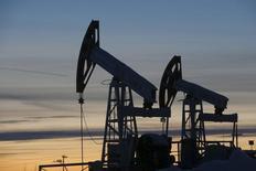 Станки-качалки на Имилорском нефтяном месторождении Лукойла близ Когалыма. 25 января 2016 года. Цены на нефть немного снизились в ходе волатильных торгов пятницы, однако стоимость Brent удерживается вблизи $50 за баррель на фоне признаков восстановления баланса спроса и предложения на рынке, а также положительно воспринятых итогов встречи ОПЕК. REUTERS/Sergei Karpukhin/Files