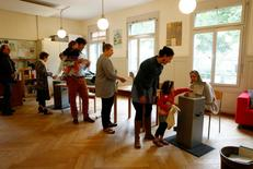 Los votantes suizos han rechazado una propuesta para introducir una renta básica garantizada para todo aquel que viva en el rico país, mostraron el domingo proyecciones del grupo GFS para la cadena suiza SRF. En la imagen, personas votando en un colegio en Berna, Suiza, el 5 de junio de 2016. REUTERS/Ruben Sprich