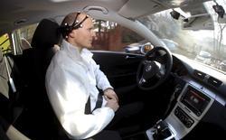 """La inteligencia artificial y el aprendizaje automático crearán computadoras tan sofisticadas que los humanos necesitarán implantarse """"encajes neuronales"""" en los cerebros para seguirles el ritmo, dijo el presidente ejecutivo de Tesla Motors y SpaceX, Elon Musk, a una multitud de líderes del sector tecnológico. En la imagen, Daniel Goehring, del equipo de investigación AutoNOMOS, del Artificial Intelligence Group en la Freie Universitaet (Universidad Libre), demuestra el la conducción sin manos del coche de pruebas 'MadeInGermany' durante un ensayo en Berlín, Alemania, 28 de febrero de 2011. REUTERS/Fabrizio Bensch/File Photo"""