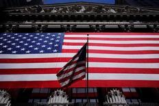 Здание фондовой биржи в Нью-Йорке. 1 июня 2016 года. Американские фондовые индексы повышаются в начале торгов понедельника, поддерживаемые акциями энергетического и финансового секторов, после падения в пятницу из-за разочаровывающих данных о занятости в США, которые практически исключили возможность подъема процентных ставок ФРС в этом месяце. REUTERS/Lucas Jackson