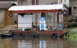 Una gasolinera flotante en una orilla del río Nun en Yenagoa, Nigeria, oct 8, 2015. Los precios del crudo subían un 2 por ciento el lunes, en su tercera sesión al alza, con el Brent alcanzando máximos en siete meses debido a ataques contra la infraestructura petrolera en Nigeria y datos que apuntaban a nuevas reducciones de los inventarios en Estados Unidos.     REUTERS/Akintunde Akinleye