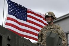 Американский солдат на учениях в латышском Даугавпилсе 6 июня 2016. Войска двух десятков членов НАТО и стран-партнёров в понедельник начали широкомасштабные учения в Польше, откликнувшись на озабоченность восточноевропейских соседей России ее действиями на Украине. REUTERS/Ints Kalnins