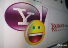 Логотип Yahoo на мониторе в Энсинитасе, Калифорния 16 апреля 2013 года. Verizon Communications Inc планирует предложить около $3 миллиардов за ключевой актив Yahoo Inc - интернет-бизнес, сообщила Wall Street Journal со ссылкой на источники, знакомые с ходом переговоров.  REUTERS/Mike Blake/File Photo