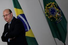 Ilan Goldfajn, nominado a la jefatura del Banco Central de Brasil, durante una sesión fotográfica en una reunión con el presidente interino Michel Temer, en el Palacio de Planalto, en Brasilia, Brasil. 17 de mayo de 2016. El nominado a la jefatura del Banco Central de Brasil, Ilan Goldfajn, dijo el martes que la inflación baja es clave para impulsar las inversiones y lograr la recuperación de una economía sumida en la peor recesión de su historia. REUTERS/Ueslei Marcelino