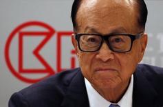 CK Hutchison Holdings, contrôlé par Li Ka-shing, l'homme le plus riche d'Asie, a proposé des arrangements dans le but de s'assurer le feu vert de la Commission européenne à la fusion de sa filiale de téléphonie mobile italienne 3 Italia avec celle de Vimpelcom. /Photo prise le 17 mars 2016/REUTERS/Bobby Yip