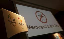 Logos dos Jogos Olímpicos e Paralímpicos Rio 2016 ao lado de telão exibindo mensagem sobre Zika na sede do comitê Rio 2016.  REUTERS/Ricardo Moraes
