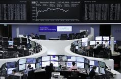Las bolsas europeas caían el miércoles después de dos días consecutivos de ganancias, mientras la bajada del banco austriaco Erste hacía retroceder a las acciones financieras. En la imagen, operadores trabajan en sus mesas delante del índide de precios alemán DAX en la Bolsa de Fráncfort, Alemania, el 7 de junio de 2016.     REUTERS/Staff/Remote