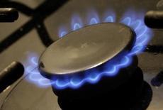 Конфорка газовой плиты. Тбилиси, 7 марта 2012 года. Рост спроса на природный газ замедлится в среднем до 1,5 процента в год в глобальном масштабе до 2021 года, поскольку стагнация в Европе и неопределённость относительно потребления в Китае затмили активный рост спроса в Индии, сообщило Международное энергетическое агентство (МЭА). REUTERS/David Mdzinarishvili