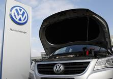 Volkswagen a annoncé mercredi avoir obtenu l'aval des autorités de tutelle pour des modifications sur 1,1 million de véhicules supplémentaires, ce qui porte à plus de 2,5 millions le nombre de modèles rappelés ou rappelables par le constructeur automobile depuis le début de l'année.. /Photo prise le 16 mars 2016/REUTERS/Ina Fassbender
