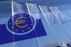 Banderas de la Unión Europea reflejadas en una ventana de la sede del BCE en Fráncfort, Alemania. 21 de abril de 2016. El Banco Central Europeo comenzó miércoles a comprar deuda corporativa, adquiriendo bonos de compañías energéticas, aseguradoras y empresas de telecomunicaciones, en su último esfuerzo por reavivar la inflación en la zona euro. REUTERS/Ralph Orlowski