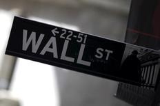 Указатель на Уолл-стрит в Нью-Йорке. Американские акции выросли в среду, индекс S&P приблизился к рекордному пику, так как цены на нефть вновь поднялись, а вероятность скорого повышения ставки сократилась. REUTERS/Mike Segar