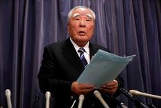 El patriarca de Suzuki renunció el miércoles a la presidencia ejecutiva de la automotriz japonesa tras casi cuatro décadas de gestión, después de que la compañía quedara sumida en un escándalo por pruebas sobre consumo de combustible de sus vehículos en las que se cometieron errores graves.  En la imagen, el patriarca de Suzuki Motor Osamu Suzuki habla durante una rueda de prensa en el Ministerio de Transporte, Turismo e Infraestructura en Tokio, Japón, el 31 de mayo de 2016. REUTERS/Issei Kato