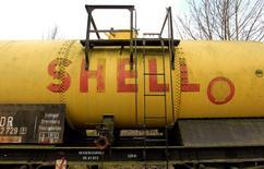 El logo de Shell en un vagón de combustible en una estación de trenes, en Naumburgo, Alemania. 17 de marzo de 2012. Royal Dutch Shell reanudó sus compras de petróleo iraní, convirtiéndose en la segunda gran petrolera después de Total en retomar el comercio con Teherán luego del levantamiento de sanciones internacionales contra la República Islámica, según operadores y datos de seguimiento marítimo. REUTERS/Arnd Wiegmann