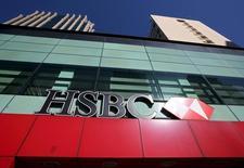 El logo de HSBC visto en una de sus sucursales en el distrito financiero de Sao Paulo, en Brasil. 3 de agosto de 2015. El regulador antimonopolio de Brasil, Cade, aprobó el miércoles  la adquisición de la unidad local de HSBC Holdings por parte del Banco Bradesco, bajo ciertas condiciones. REUTERS/Paulo Whitaker