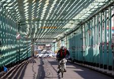 Los pedidos de maquinaria de Japón sufrieron en abril su mayor caída en dos años, en parte debido a terremotos en un centro manufacturero del sur del país, lo que aumentó el riesgo de que la inversión de las empresas permanezca débil durante la mayor parte del año. En la foto, un trabajador en bicicleta en una fábrica en la zona industrial de Keihin en Kawasaki el 17 de febrero de 2016. REUTERS/Toru Hanai/File Photo