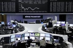 Las bolsas europeas abrieron flojas el jueves, cediendo terreno por segundo día consecutivo. En la imagen, operadores en la bolsa de Fráncfort el 31 de mayo de 2016.  REUTERS/Staff/Remote
