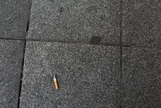 La caída en las ventas de picadura de tabaco en España entre 2013 y 2015, que se redujo en 800 toneladas, ha despertado sospechas entre la industria tabacalera de un aumento del contrabando de tabaco de liar, según un estudio publicado el jueves. En la imagen, una colilla aparece tirada en el suelo en una calle de Sevilla, el 31 de mayo de 2016. REUTERS/Marcelo del Pozo