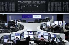 Operadores trabajando en la Bolsa de Fráncfort, Alemania. 7 de junio de 2016. Las bolsas europeas retrocedían por segundo día consecutivo el jueves, en momentos en que un declive de las acciones de Vodafone lastraba al sector de las telecomunicaciones y por la debilidad de los valores de Essentra tras una advertencia de ganancias. REUTERS/Staff/Remote