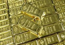 Золотые слитки на обогатительном заводе в Вене. Цена на золото стабилизировалась немного ниже трехнедельного максимума в четверг, так как восстановление доллара побудило некоторых покупателей зафиксировать прибыль после резкого ралли днем ранее, хотя перспективы сохранения процентных ставок США оказали поддержку.  REUTERS/Leonhard Foeger