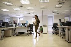 Le nombre de défaillances d'entreprises cumulé sur un an a diminué de 4,1% à fin mars en France pour revenir à 61.198, un plus bas depuis mars 2013 /photo d'archives/REUTERS/Carlos Garcia Rawlins