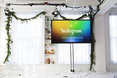 Las agencias de publicidad están por primera vez acudiendo con más frecuencia a Instagram que a Twitter para realizar campañas en redes sociales, mostró un sondeo difundido el jueves, un nuevo indicio de debilidad en el que era uno de los pocos puntos brillantes del sitio de micromensajería. En la imagen, una pantalla con el logo de Instagram en un acto en Nueva York, el 12 de diciembre 2013. REUTERS/Lucas Jackson
