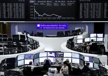 Las bolsas europeas caían el viernes por tercera jornada consecutiva, con presión vendedora en valores de energía y minería por unos precios más débiles de las materias primas.  En la imagen, operadores en la bolsa de Fráncort, el 9 de junio de 2016.  REUTERS/Staff/Remote
