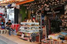 Уличные торговцы в Анталье. 3 июня 2016 года. Турция увеличила субсидии, выплачиваемые операторам чартерных рейсов, доставляющим в страну иностранных туристов, в попытке повысить турпоток, резко упавший из-за серии взрывов и напряженности в отношениях с Россией. REUTERS/Kaan Soyturk